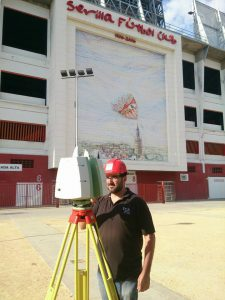 Operario con Escaner Leica C10 frente al estadio a digitalizar