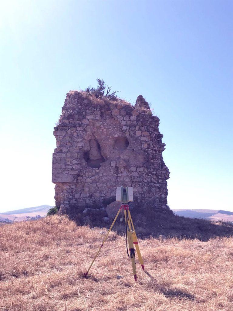 Láser escáner frente a restos de la torre